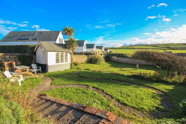 Driftwood at Widemouth Bay is located in Widemouth Bay